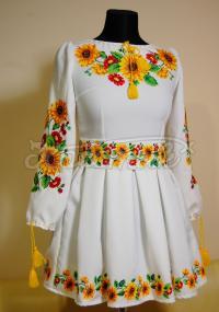 Вышитое платье с пышной юбкой