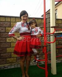 Вышитый костюм для мамы и дочки фото