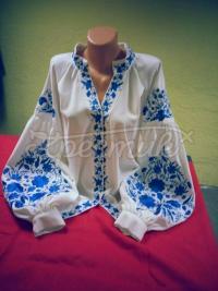 Женская вышитая блузка с яркой стильной вышивкой фото
