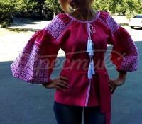 Яскрава вишиванка рожевого кольору з білою вишивкою фото