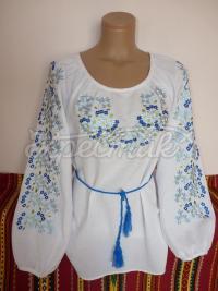 Женская вышиванка с голубыми цветочками фото