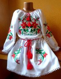"""Детское вышитое платье """"красные ромашки"""" фото"""