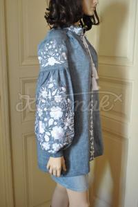 .Льняна вишиванка голубого кольору з квітковим візерунком придбати