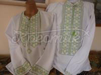 Жіноча і чоловіча вишиванки в парі на домотканому полотні