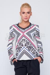 Українська блузка з орнаментом вишивки фото