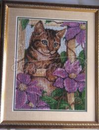 Бисерная вышитая картина с котом в цветах
