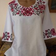 Вышитая блузка с бордовым цветочным орнаментом фото