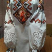 Жіноча вишиванка з геометричним орнаментом придбати