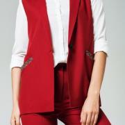 Женская красная жилетка с декорированными карманами фото