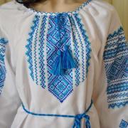 Жіноча вишиванка з блакитним орнаментом придбати
