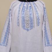 Женская вышиванка с голубой вышивкой счетная гладь.