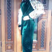 Зеленое велюровое платье с орнаментом на рукавах фото