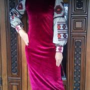Велюрова сукня з орнаментом на рукавах фото