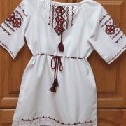 Детское платьице на короткий рукав ручной вышивки фото