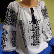 Женская вышиванка в румынском стиле фото