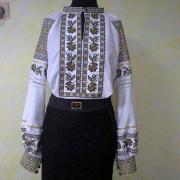 Женская вышитая рубашка с оливковой вышивкой фото