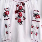 Вышитая сорочка для девочки с розами