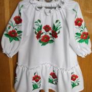 Детское платье с вышитыми маками
