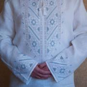 Чоловіча вишиванка ручної роботи біла з синім фото