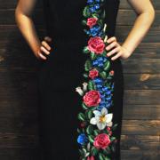 Художественная вышивка на макси платье фото