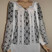 Вышитая женская блузка на маркизете черным по белому фото