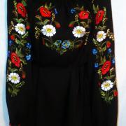 Чорна жіноча блузка з маками і ромашками