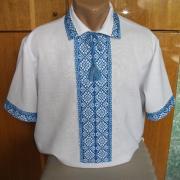 Белая с голубым узором мужская вышиванка  фото