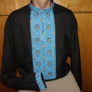 Яскрава блакитна чоловіча вишиванка з тризубами