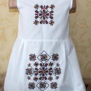 Вишита дитяча сукня з кольоровим отрнаментом фото
