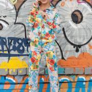 Женский яркий спортивный костюм фото