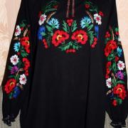 Чорна вишиванка з яскравими квітами на шифоні