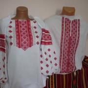 Парные вышиванки с красным узором