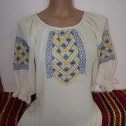 ФотоЖенская блузка в национальных цветах