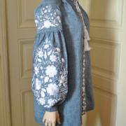 Льняная вышиванка голубого цвета с цветочным узором купить