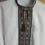 Белая мужская вышиванка с голубыми васильками