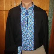 ФотоЧорна чоловіча вишиванка з блакитним орнаментом
