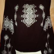 Українська чорна вишиванка білим шовком