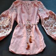 Женская  вышиванка с нежным орнаментом фото