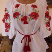 Красивая женская белая блуза на домотканном полотне с маками