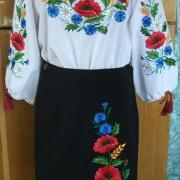 Женская вышитая блузка и юбка