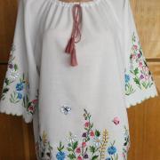 Ніжна біла блузка з вишивкою