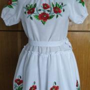 Детское вышитое платье с маками