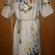 Українське плаття з вишитими польовими квітами