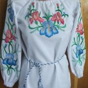 Блузка с вышитыми ирисами