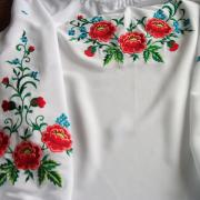 Блузка с вышитыми цветами