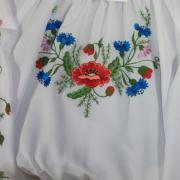 Блузка для девочки с вышитыми цветами