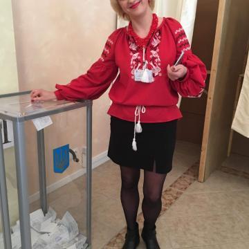 """Красная женская вышиванка """"Ласточки удачи"""""""