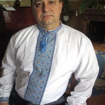 Чоловіча вишиванка в традиційних кольорах