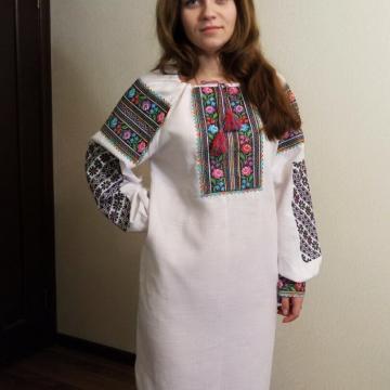 """Вишита жіноча сукня в українському стилі """"Багатоколірні рози"""""""