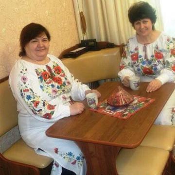 Українське вишите плаття з красивою вишивкою
